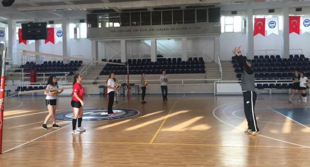Geleneksel Rektörlük Kupası Öğrenci Bayan Voleybol Takımı Antrenmanı